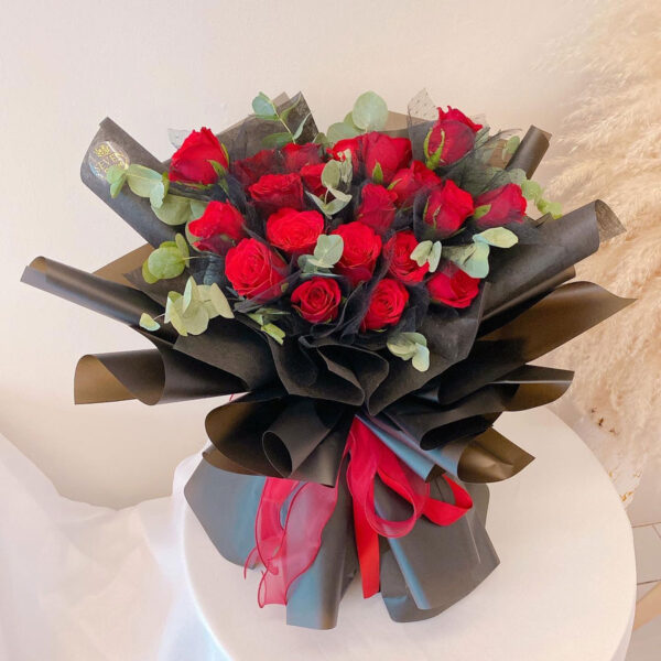 seven florist red roses 20 black 01a